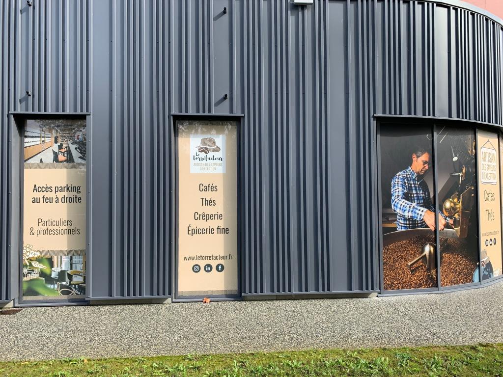 Habillage de la vitrine, sticker, de la boutique le torréfacteur, artisan des saveurs d'exception, à Epron, route de la Délivrande. graphiste à Caen